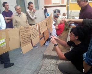 Integrantes de los grupos de trabajo de la asamblea de Ganemos colgaron laspropuestas de sus debates. // Foto: R.M. (El Hexágono).