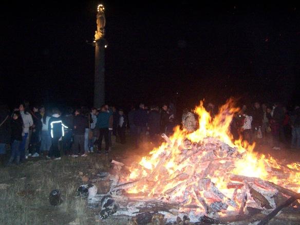 Los molineses encienden una gran hoguera a los pies del monumento erigido con motivo del centenario del Dogma de Fe de la Inmaculada Concepción. // Foto: M.P.