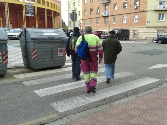 Un contenedor colocado justo en el centro de un paso de cebra en Virgen de la Soledad obliga a los peatones a cruzar indebidamente.//Foto: Ana María Ruiz