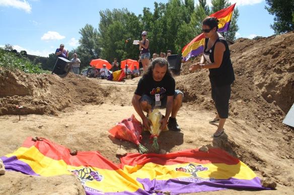 Homenaje a Severiano Clemente González y otras víctimas del franquismo en un acto en una fosa de La Toba, el domingo 7 de agosto de 2011. // Foto: Foro por la Memoria de Guadalajara.