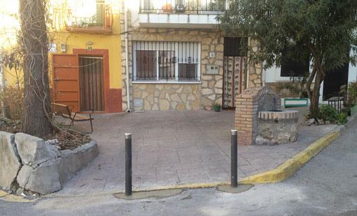 Padrino es capaz de poner unos bolardos en la fachada de un vecino si este no le cae bien // Foto: PSOE Almoguera