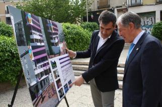 El alcalde Román muestra el proyecto del Cívico al exalcalde Bris, también del PP. // Foto: Jesús Ropero / Ayuntamiento de Guadalajara.