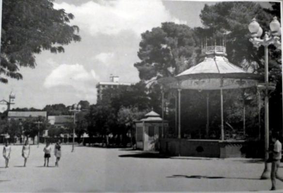 Fotografía anónima del paseo, entonces Parque Calvo Sotelo, en 1965, publicada en el libro de Pradillo.