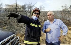 El entonces alcalde de Cogolludo, durante el incendio del año pasado. // Foto: Efe.