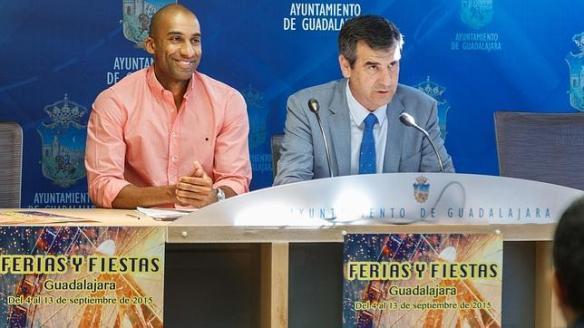 El concejal de Cultura Armengol Engonga y el alcalde Antonio Román presentaban esta semana el programa de las Ferias y Fiestas 2015. Foto: Jesús Ropero.