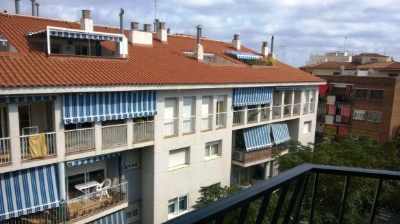 Una desvaída estelada (a la izda.) cuelga de los balcones de una calle de Premiá de Mar, localidad a 20 kilómetros de Barcelona, en la que el 60% de la población no es de origen catalán. // Foto: CNC