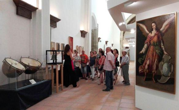 Un grupo de visitantes recorre una de las exposiciones que la Junta de Castilla-La Mancha ha organizado en Molina este año. Ligar turismo y cultura, según el articulista, resulta para clave para áreas rurales como la Tierra de Molina. // Foto: JCCM