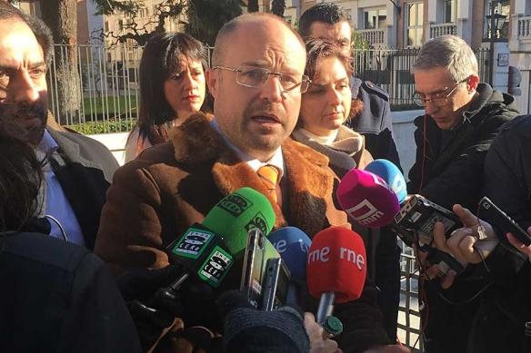 Alejandro Ruiz, responsable de Ciudadanos en Guadalajara, junto a varios miembros de su partido a las puertas de la Diputación. // Foto: Guadaqué